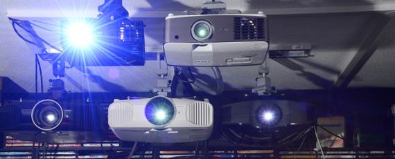 Mehrere Projektoren an der Decke